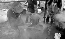 Cuoco che versa pasta e fagioli alla sagra del salamino di Moncestino